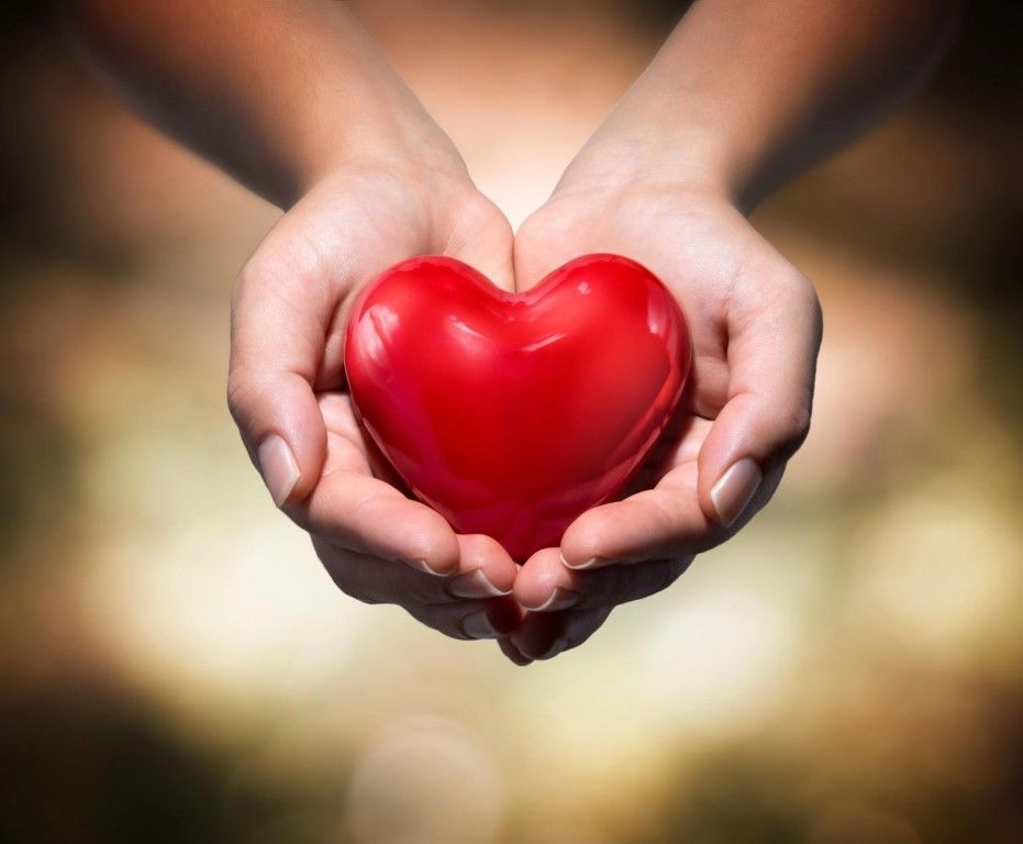 картинка огромное сердце в руках этой
